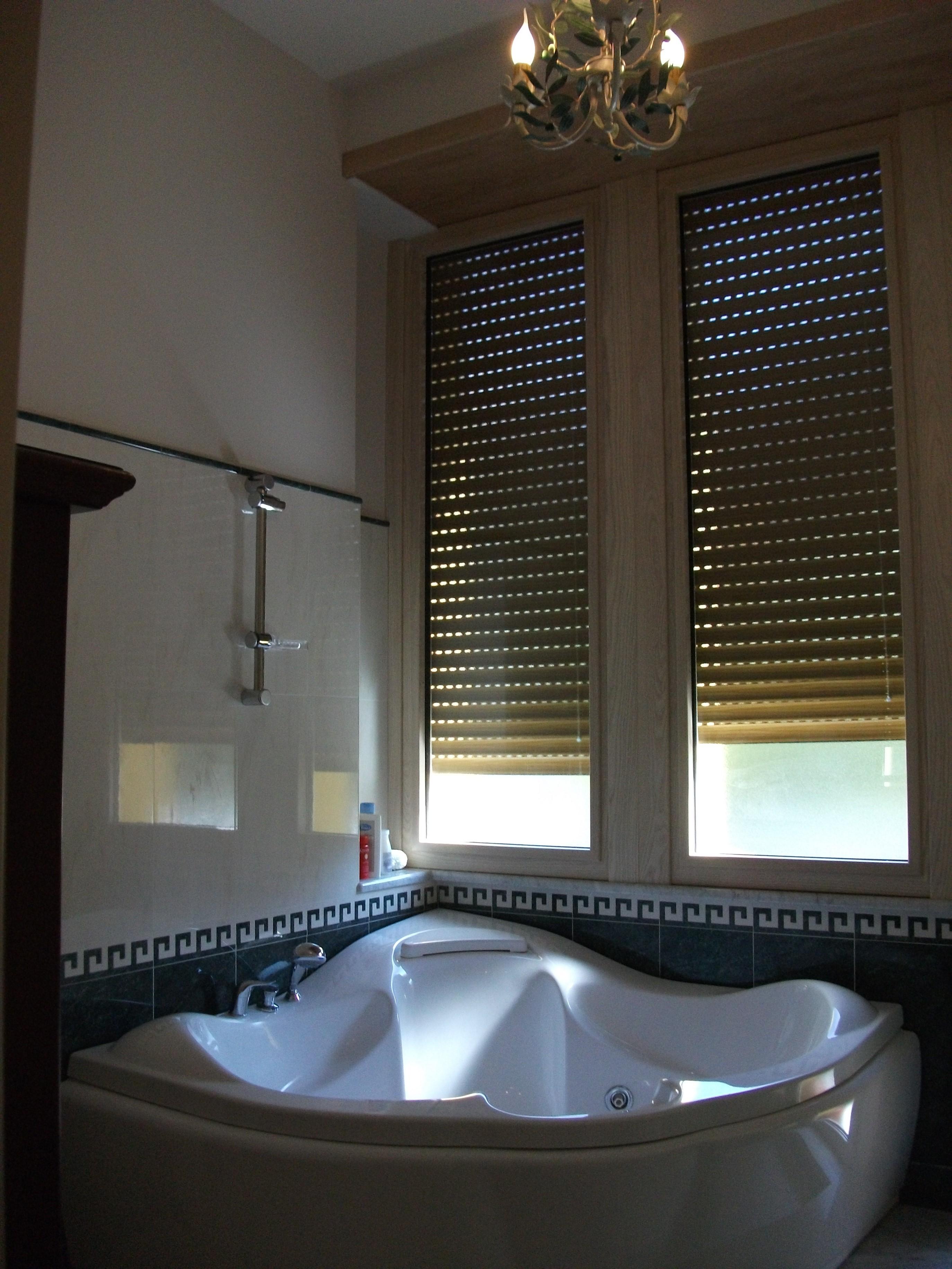 Bagno con vasca idromassaggio: bagno con vasca idromassaggio.